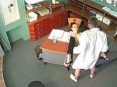 Doctor fode com atraente bebê de sala de espera em excêntrico de segurança