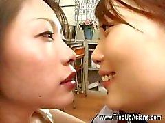 Aziatische hoer vuistneuken door haar dominante meester