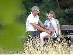 Moeder in de tuin plezier met jongen vriend