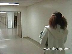 Jonge donkere chocolade schoolmeisje gaat naar de slaapzaal en krijgt haar eerste DP