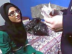 Grazioso gallone arabo succhiare un grosso cazzo di inglese per di una camera