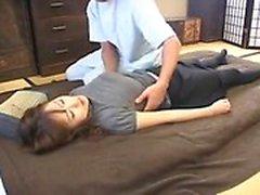 dame Enticing en collants a un masseur travaillant ses mains