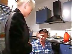 Kiimainen blondi mummon puhaltaakorjaaja ja naidaankeittiössä