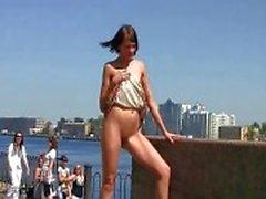Sexy Lilu pronkt met haar geschoren kut op de openbare