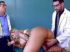 Sexy большой сиськастый телка Райан Коннера получать DP от ее доктора