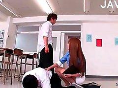 Wilde student neukt een leraar