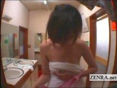 Legendado mulher nua japonesa no balneário masculino em ousar