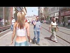 Camminare per la città in vernice corpo 2 mezzi