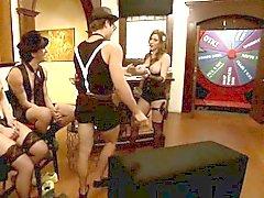 Dos mujeres grandes y titted Kinky De Cuatro desempeñar en reality show de