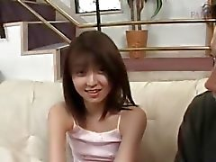 Verlegen tiener Aziatische krijgt kleine tieten gemeten in close- up