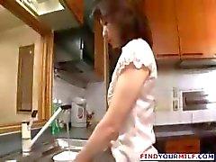 Brunette moeder in de keuken krijgt genageld door een geile jonge stud
