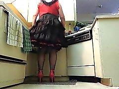 Сесси Рей во Black Раффлед юбки в кухне ( крана крупным планом )