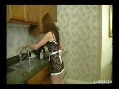 Brunette teen ger den här killen en trevlig POV handjob i köket