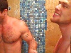 Kurtis Wolfe ve Derek Atlas duş