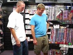 Aarón y Devin están cruzando en una tienda vídeo para adultos local.