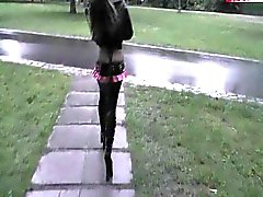 Cindy geneukt in het park