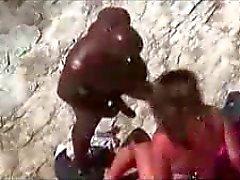 Wit meisje neukt met haar zwarte vriendje op het strand voyeur