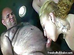 Blond meisje houdt van zuigen pik part4