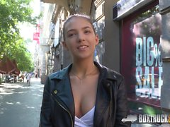 Ado Bella Aviva a un sexe hardcore en public