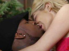 El amor de Aaliyah ama BBC en el sofá