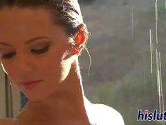 Ashlynn Brooke clouée dans la douche (HUUU)