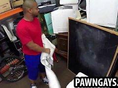 Ebony pedazo chupa la polla la tienda de peón por dinero