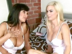 Del diamante Foxxx y Lisa Ann en ropa blanco en Bed