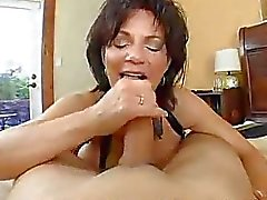 Busty Mom Deauxma Squirts Van anale !