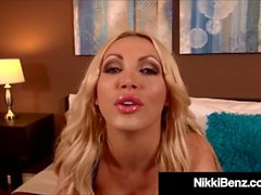 Hot kanadensiska Mountie Nikki Benz får Mouth & Titty Fucked!