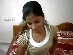 Indian chick takes her clothes off to expose